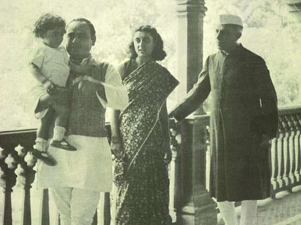 आनंद भवन येथे फिरोज गांधी, इंदिरा गांधी आणि पंडीत नेहरु. - Divya Marathi