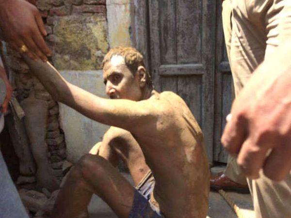 मांत्रिकाच्या नादी लागून या तरुणाने आपल्याच घरात तब्बल 50 फूट खोल खोदकाम केले. - Divya Marathi