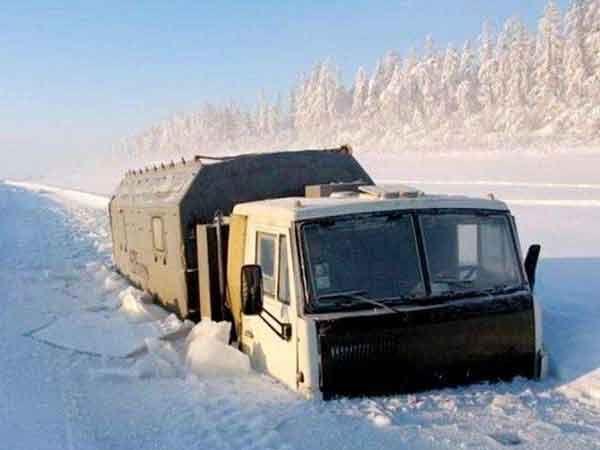सायबेरियातील नदीत फसलेला अन्नधान्य नेणारा ट्रक... - Divya Marathi