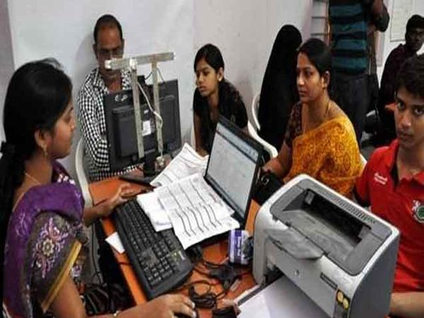 आधारची माहिती अपडेट करण्यासाठी पुणेकरांना अक्षरश: वणवण करावी लागत आहे. (सांकेतिक फोटो) - Divya Marathi