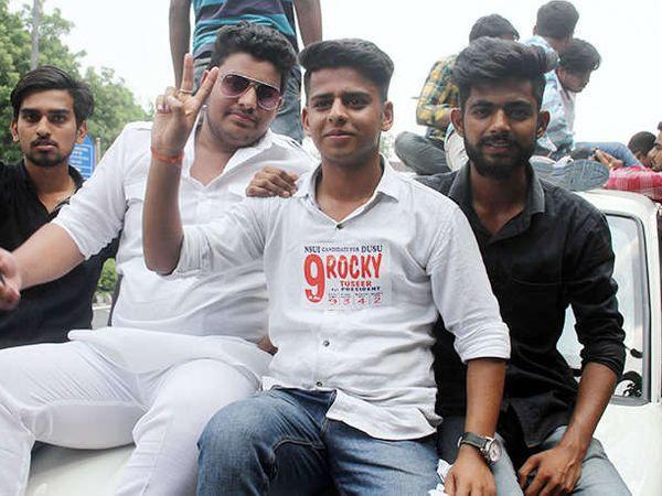 दिल्ली विद्यापीठाच्या विद्यार्थी संसद अध्यक्षपदी एनएसयूआयचा रॉकी तुषीद विजयी झाला. - Divya Marathi