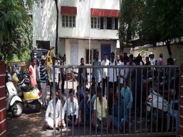 वाहतूक नियंत्रक पोलिस ठाण्याच्या प्रवेशद्वारावर धरणे आंदोलन करताना कार्यकर्ते. - Divya Marathi