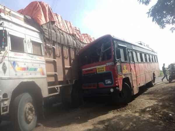 ओव्हरटेक करण्याच्या नादात एसटी बस ट्रकला अशी धडकली. - Divya Marathi
