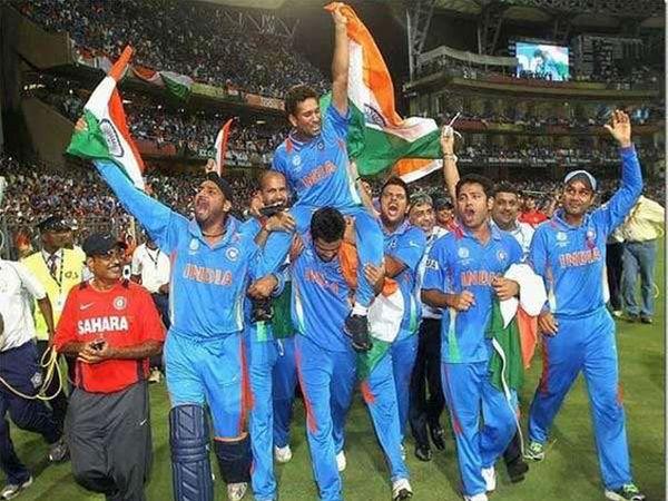 एप्रिल 2011 चा भारताने दुसऱ्यांदा वर्ल्डकप जिंकला तो क्षण. हा क्षण खास होता याचे कारण म्हणजे WC जिंकणे हे सचिनचे स्वप्न होते. त्यासाठी संपूर्ण टीमने प्रयत्न केले होते. - Divya Marathi