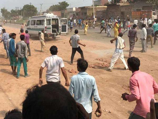 अपघातानंतर वेळेत मदत न पोहोचल्याने संतापलेल्या नागरिकांनी दिल्ली-यमनोत्री हायवेवर रास्तारोको केला. - Divya Marathi