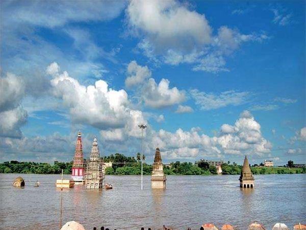 पंढरपुरातील चंद्रभागा नदीचे पात्र दुथडी भरून वाहत असून महाद्वार घाटाच्या पायरीला पाणी लागले आहे. - Divya Marathi