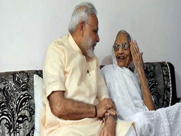 मागील वर्षी आईच्या भेटीला आले होते मोदी. - Divya Marathi