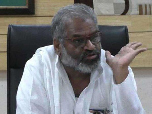पत्रकाराला शिवीगाळ केल्याप्रकरणी भाजपचे नेते पाशा पटेल यांच्याविरोधात गुन्हा दाखल करण्यात आला आहे. - Divya Marathi