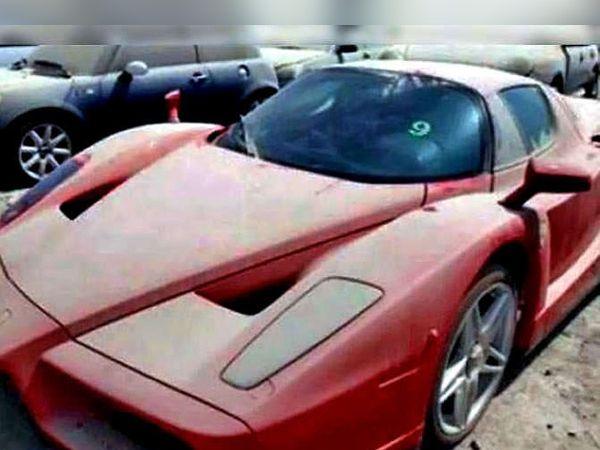 एअरपोर्टवर बेवारस पडलेली फरारी एन्जो. - Divya Marathi