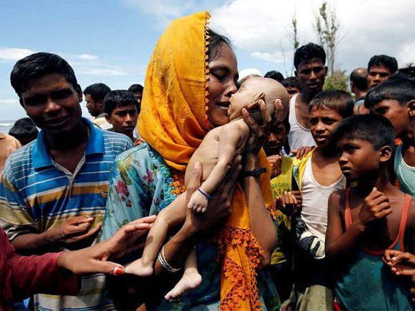बांगलादेशात नाव बुडाल्याने 40 दिवसांच्या बाळाचा मृत्यू झाला, बाळाचे कलेवर हातात घेऊन टाहो फोडताना रोहिंग्या मुस्लिम महिला. (फाइल) - Divya Marathi