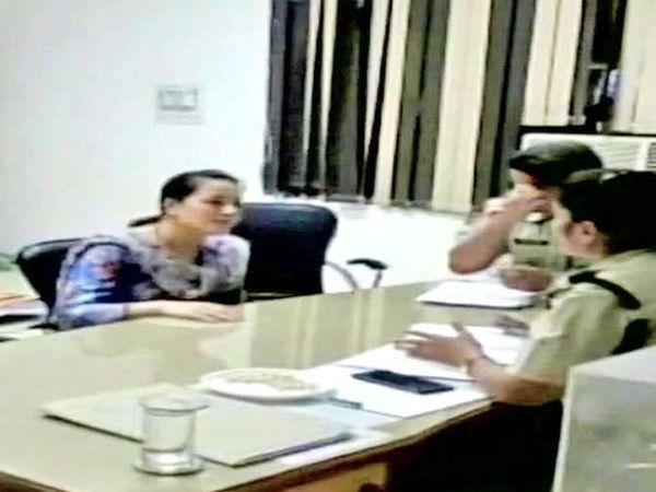 हनीप्रीतची चौकशी करताना पोलिस. - Divya Marathi