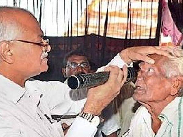 रुग्णाची नेत्रतपासणी करताना डॉ.तात्याराव लहाने. - Divya Marathi