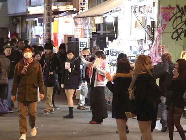 16 वर्षापेक्षाही कमी वयाच्या मुलीही जपानमधील रस्त्यावर दिसतील. - Divya Marathi