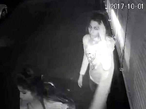 तरुणींची गुंडगिरी सीसीटीव्हीत कैद झाली. - Divya Marathi