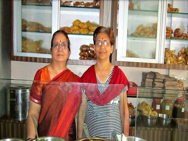 स्वयंपाकघर पोळी भाजी केंद्राच्या संचालिका नंदिनी चपळगावकर आणि ज्योती कंवर - Divya Marathi