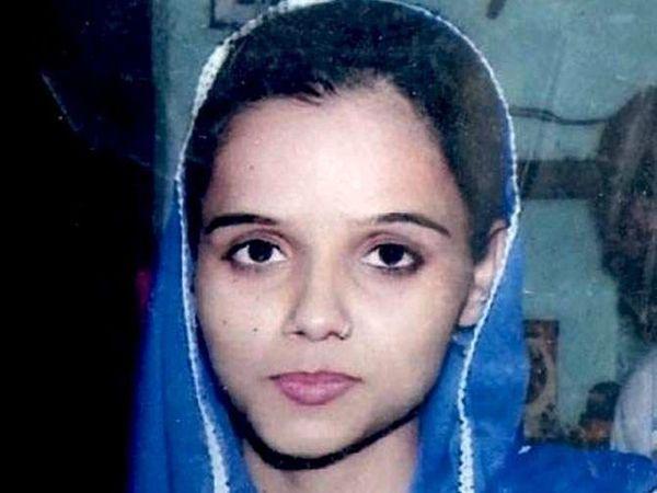 विधवा राधाचा मृतदेह शेतात सडलेल्या अवस्थेत आढळला. - Divya Marathi