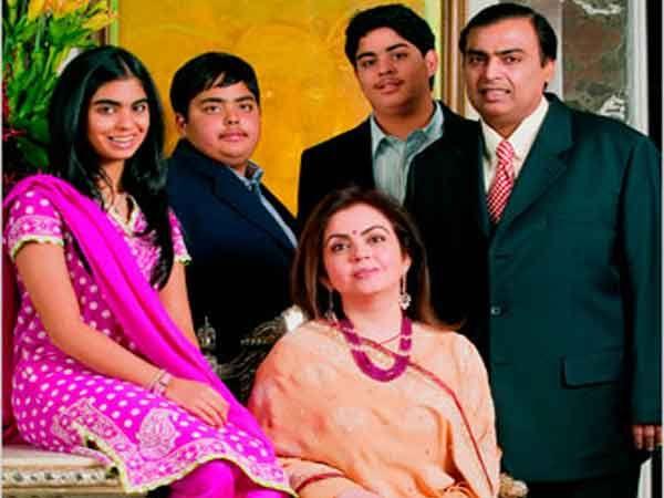मुकेश-नीता अंबानी आपल्या तीन मुलांसह... - Divya Marathi