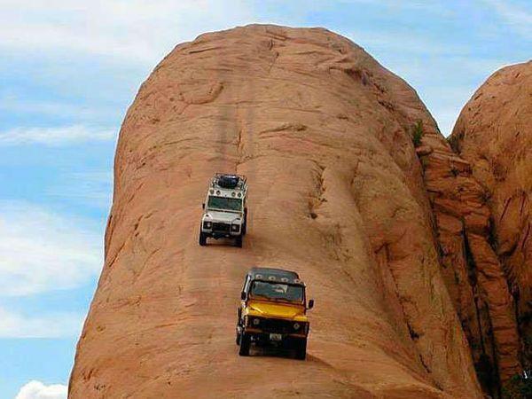 अमेरिकेच्या उटाह स्थित भयंकर ठिकाण. या ठिकाणावर गाडी चालवणे खूप कठिण आहे. - Divya Marathi