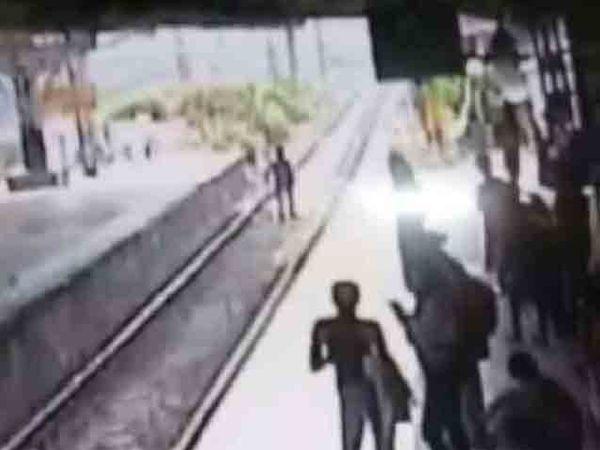 बँग चोरीला गेल्याने वैतागलेला संजय थेट रुळावरच जाऊन उभा राहिला. - Divya Marathi