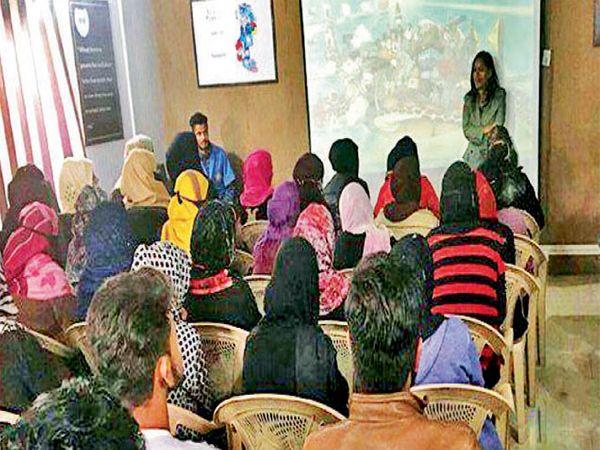 लष्कर काश्मीरमध्ये सुपर-५० कार्यक्रमही चालवत आहे. - Divya Marathi