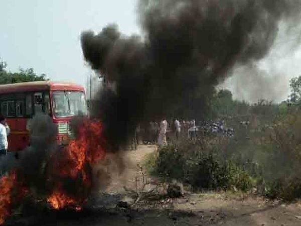 ऊस दरासाठी शेतकऱ्यांचे आंदोलन सुरुच असून रिधोरे (ता. माढा) येथे टायर जाळून आंदोलन करण्यात आले. (सांकेतिक फोटो) - Divya Marathi