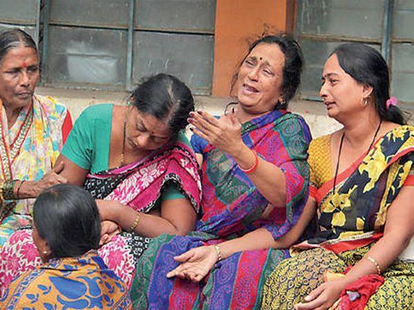 तळे हिप्परगे येथे झालेल्या आपघातानंतर सिव्हिल येथे शोकाकुल माळगे परिवार. - Divya Marathi