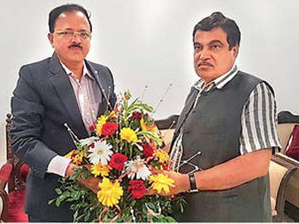 मनमाड-इंदूर रेल्वे मार्गाबाबत दिल्लीत केंद्रीय भूपृष्ठ वाहतूकमंत्री नितीन गडकरींचे आभार मानताना संरक्षण राज्यमंत्री डॉ. सुभाष भामरे. - Divya Marathi