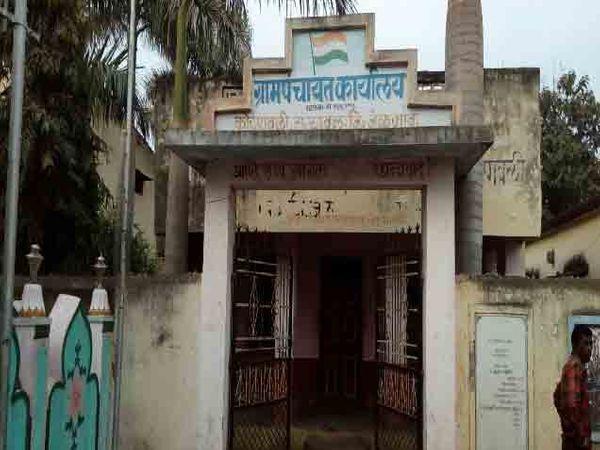 कोरपावली (ता. यावल, जि. जळगाव) येथील ग्रामपंचायतीचे कार्यालय. - Divya Marathi