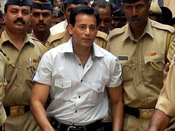 जेलमधून कोर्टात सुनावणीला हजर करताना अबू सालेम आपल्या हस्तकांना भेटायचा. - Divya Marathi