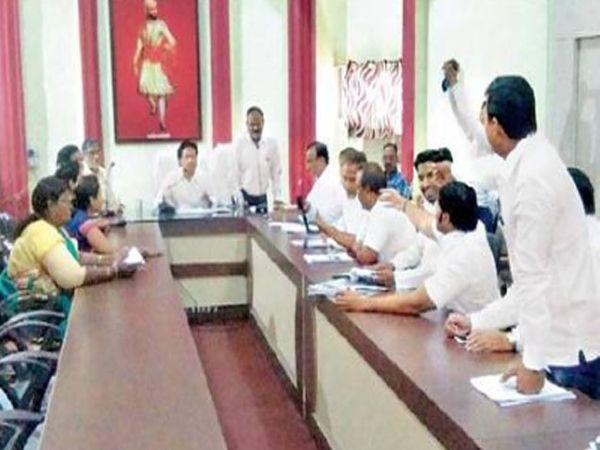 महापालिका स्थायी समितीच्या सभेत चर्चा करताना पदाधिकारी. - Divya Marathi