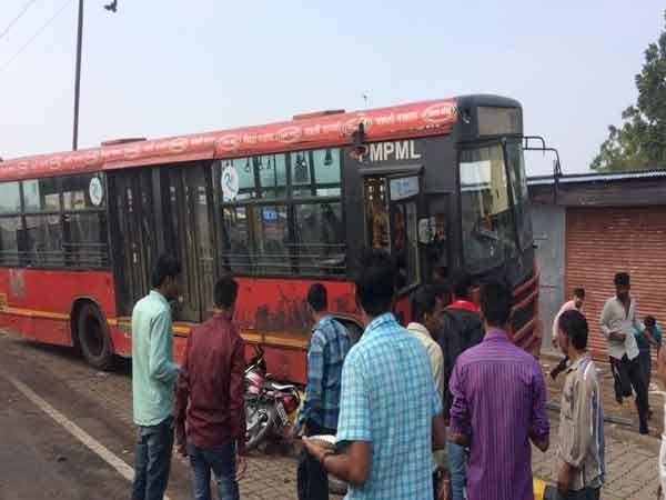 भोसरी येथील बीआरटी बस थांब्यावर चालकाविनाच पीएमपीची बस उतारामुळे अचानक वेगात रस्त्यावर धावत जवळील फुटपाथवर चढली. - Divya Marathi
