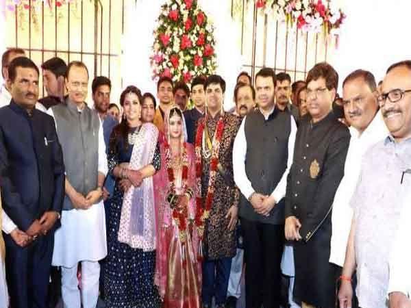 मुख्यमंत्री फडणवीस आणि अजित पवारांनी एकत्र विमान करत विवाह समारंभाला हजेरी लावली. - Divya Marathi