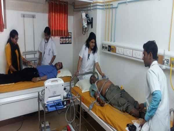 पत्रकार व त्यांच्या कुटुंबियांची आरोग्य तपासणी करताना हॉस्पिटलमधील डॉक्टर...... - Divya Marathi