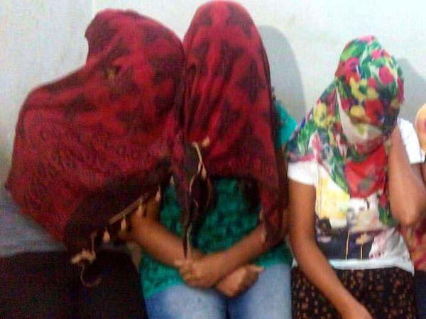 पोलिस कस्टडीत आरोपी तरुणी. - Divya Marathi