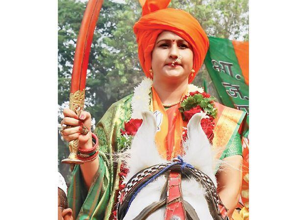 घोड्यावर स्वार : संगीता पाटील  सुकतच्या लिंबायत जागेवरून भाजपच्या उमेदवार आहेत. मंगळवारी झाशीच्या राणीच्या आवेशात त्यांनी उमेदवारी अर्ज दाखल केला. त्यांनी घोड्यावर बसून शहरातून फेरी काढली. - Divya Marathi