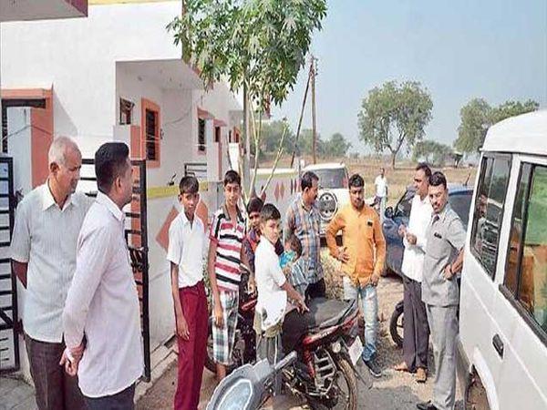 पिंप्राळा परिसरातील गणपतीनगरामध्ये चोरी झालेल्या बंगल्याची पाहणी करताना स्थानिक गुन्हे शाखेचे पोलिस निरीक्षक सुनील कुऱ्हाडे पोलिस अधिकारी. - Divya Marathi