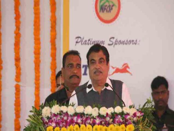 गोदावरीचे पाणी कर्नाटक, तामिळनाडूला देता येऊ शकेल. यात महाराष्ट्राचे कुठलेही नुकसान नाही, असे वक्तव्य केंद्रीय नितीन गडकरी यांनी पुण्यात केेले आहे. - Divya Marathi