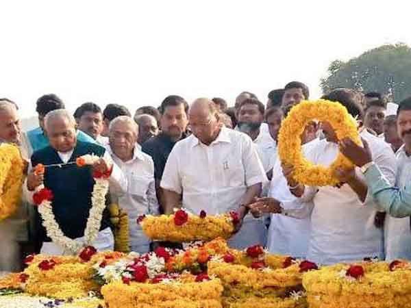 यशवंतराव चव्हाण यांना स्मृतिदिनी आज सकाळी कराड येथे पुष्पांजली अर्पण करताना शरद पवार... - Divya Marathi