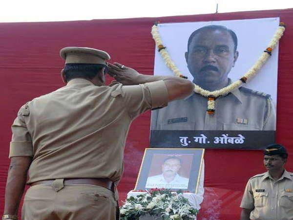 शहीद तुकाराम ओंबाळेंच्या प्रतिमेला सल्यूट ठोकताना पोलिस कर्मचारी - Divya Marathi