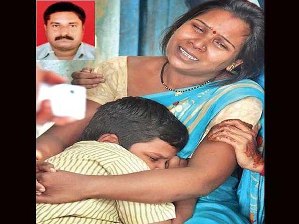 शाळेतून परत आल्यावर वडिलांच्या निधनाची बातमी ऐकताच आईच्या कुशीत रडताना साबळे यांचा थोरला मुलगा यश. - Divya Marathi