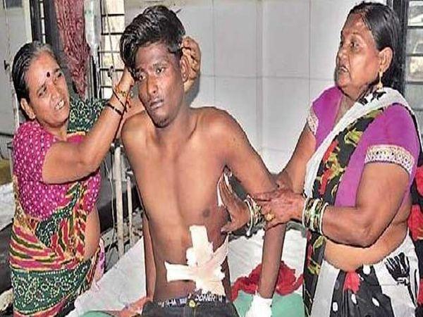 सिव्हिलमध्ये उपचारासाठी दाखल करण्यात आलेला दीपक निकम. - Divya Marathi