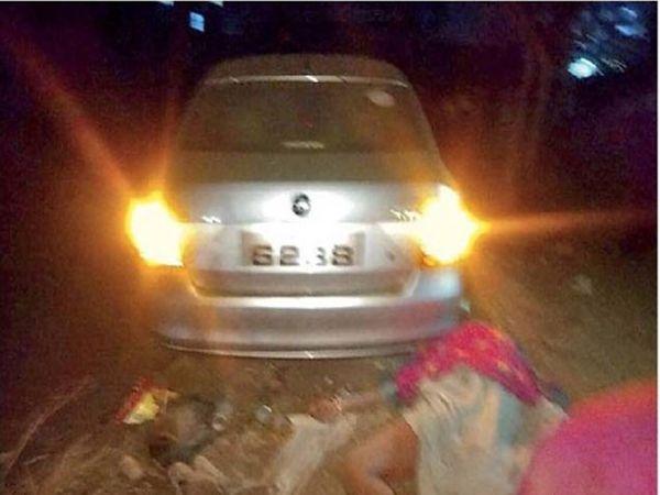 बीड बायपासवरील भीषण अपघातात दाेन जण कारच्या चाकाखाली अाल्यामुळे गंभीर जखमी झाले हाेते. - Divya Marathi