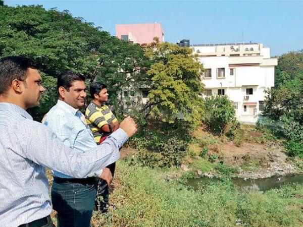 नंदिनी नदीची पालिका उपायुक्त रोहिदास दोरकुळकर यांनी पाहणी केली. नदीत नाल्याचे पाणी सोडले जाणाऱ्या ठिकाणाबाबत माहिती घेतली. - Divya Marathi