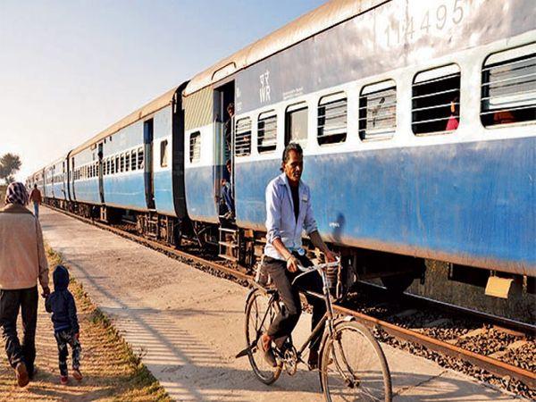 प्लॅटफाॅर्मवर  तिकीट घेण्यास सायकलवरून आलेली व्यक्ती - Divya Marathi