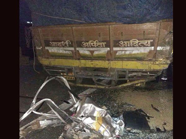 लातूरकडे प्रवाशी घेऊन जाणा-या क्रूझर गाडीचा पहाटे साडेचार वाजता अपघात झाला आहे. - Divya Marathi