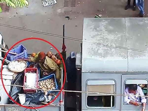 हा व्हिडिओ एका तरूणीने बनवला आहे. ज्यात बीएमसी कर्मचारी भाजी चोरताना दिसत आहे. - Divya Marathi