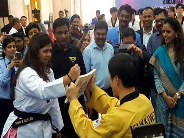 रिपब्लिक ऑफ कोरियातील मुंबई दुतावास कार्यालयाने पंकजा यांचा मानद 'ब्लॅक बेल्ट' देऊन त्यांचा गाैरवही केला. - Divya Marathi