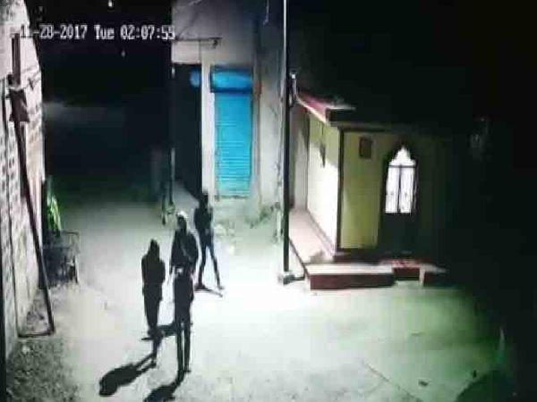 यवत (ता दौंड) येथे सीसीटीव्ही कॅमेऱ्यात कैद झालेले चोरटे. - Divya Marathi