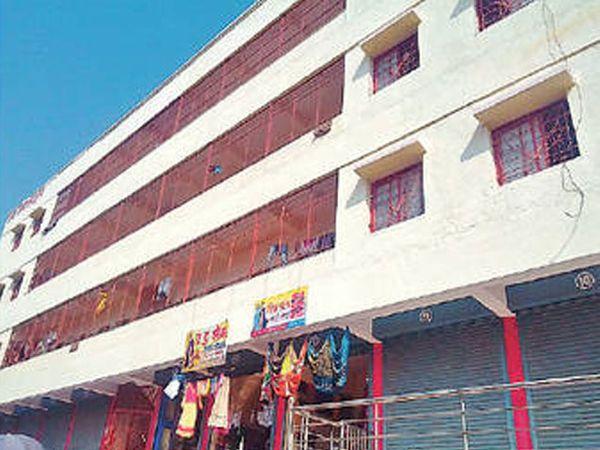 सातारा परिसरात भाडोत्री जागेत असलेले वसतिगृह. - Divya Marathi