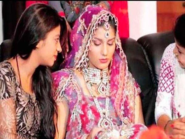सपनाच्या लग्नाचा हा फोटो असल्याचे सांगितले जाते. वास्तविक सपनाच्या अल्बममधील कट केलेला हा फोटो आहे. - Divya Marathi